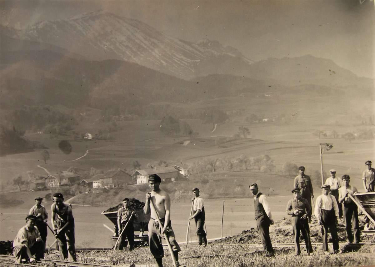 Altes Foto von Arbeitern beim Autobahnbau
