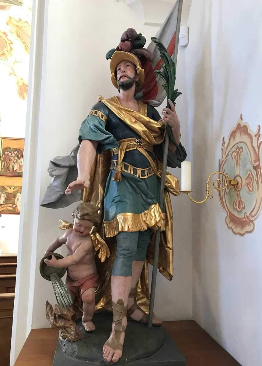 Schnitzfiguer in einer Kirche