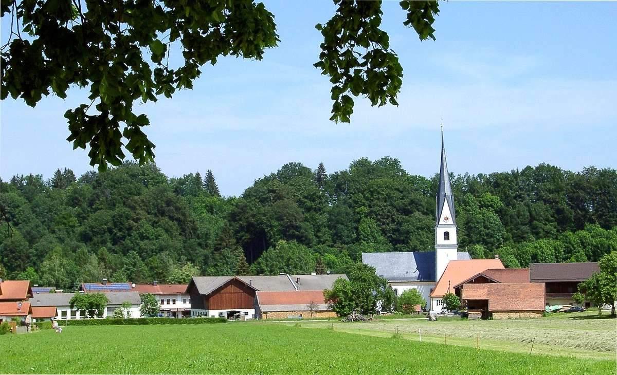 Dorf mit Kirche