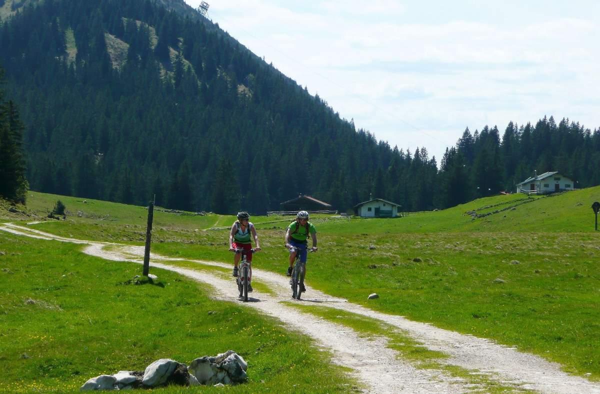 Radfahrer in Berglandschaft