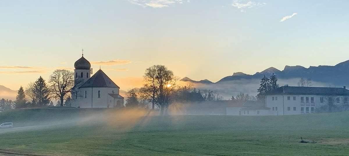 Kirche beim Sonnenaufgang