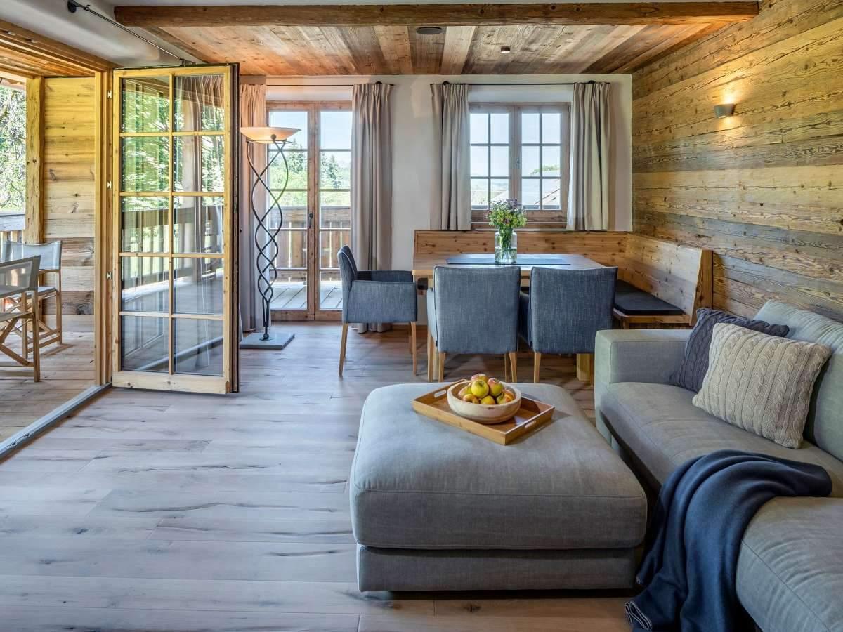 chiemsee-chalet-bergwiese-wohnbereich