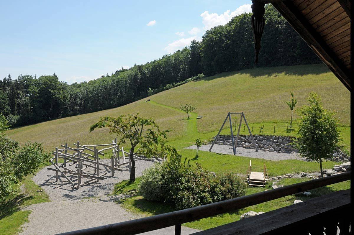 Aussicht vom Balkon auf Spielplatz ©Jugendhaus